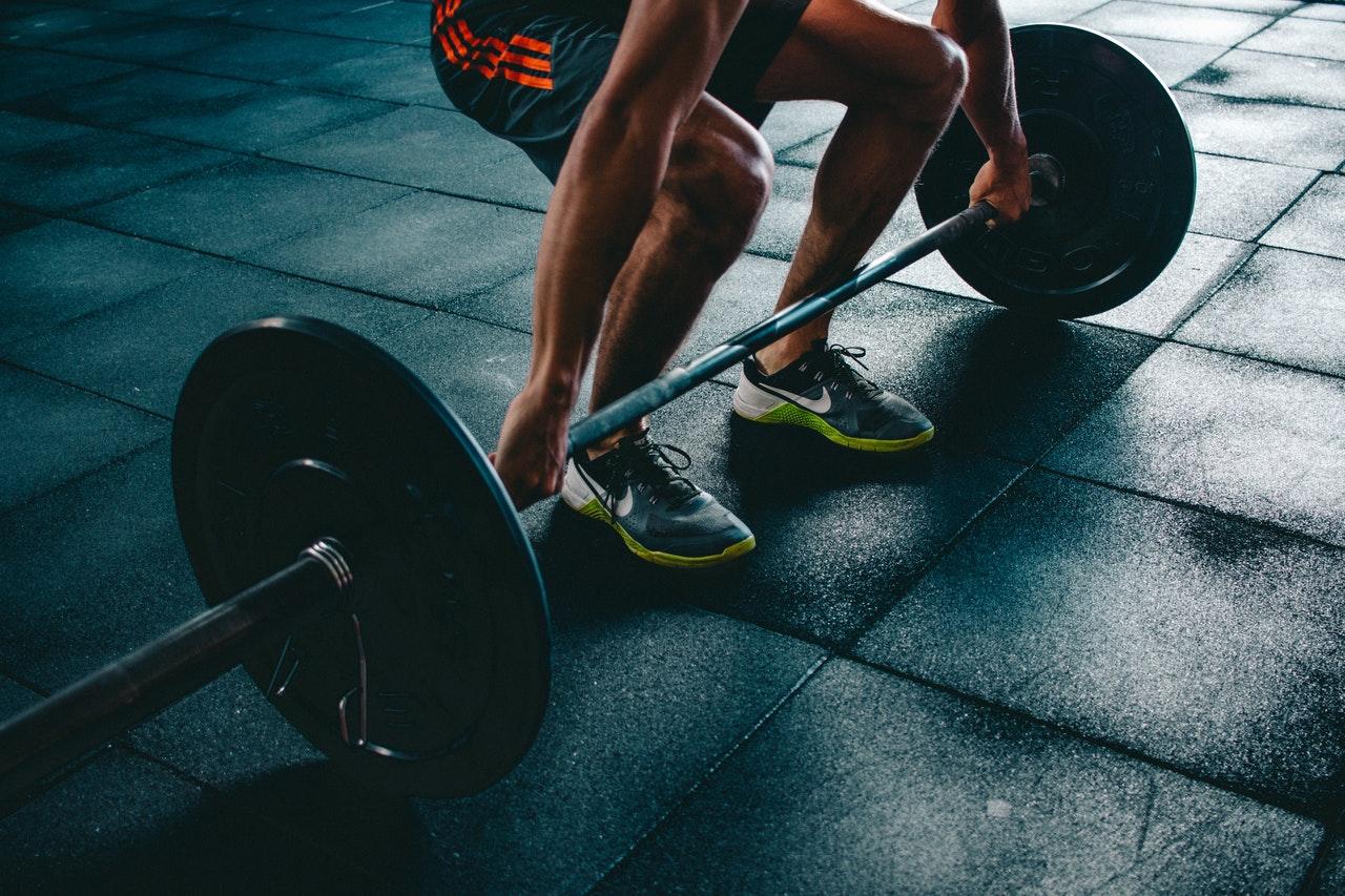 hacer ejercicio pesas